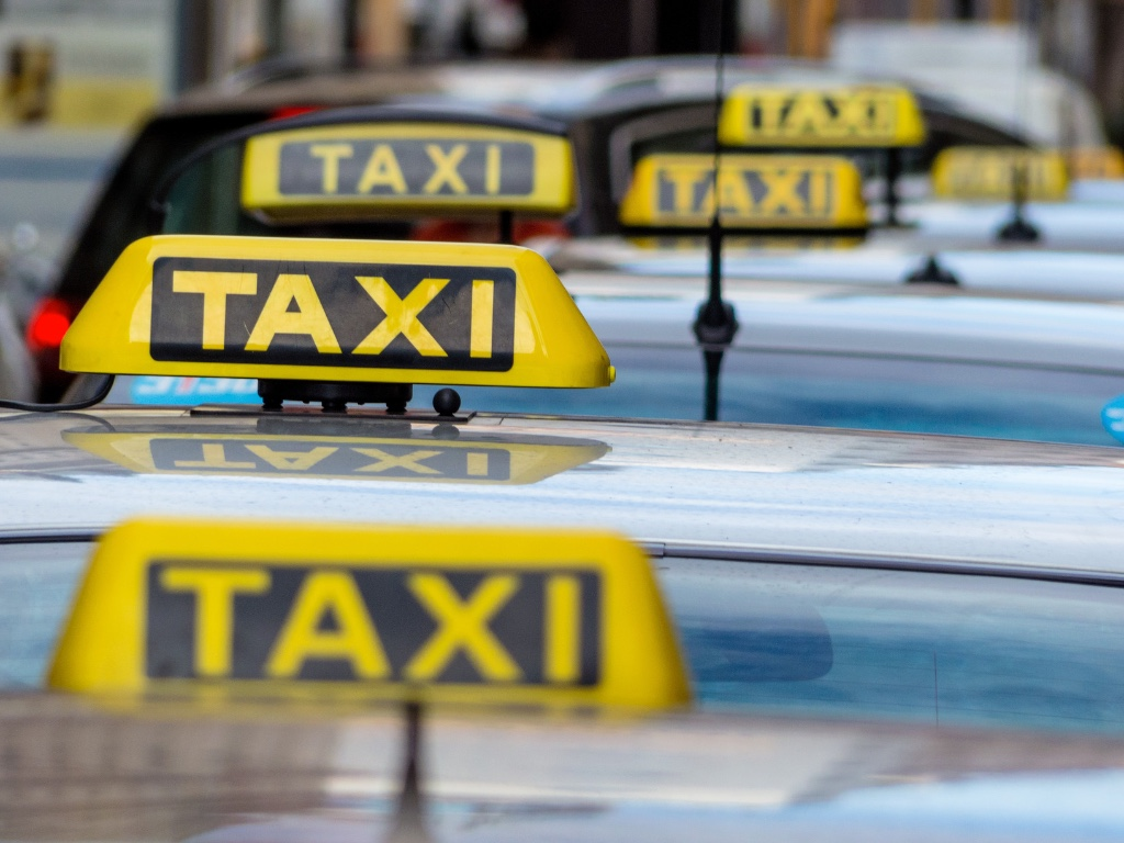 photodune-5066340-taxis-at-a-taxi-rank-m